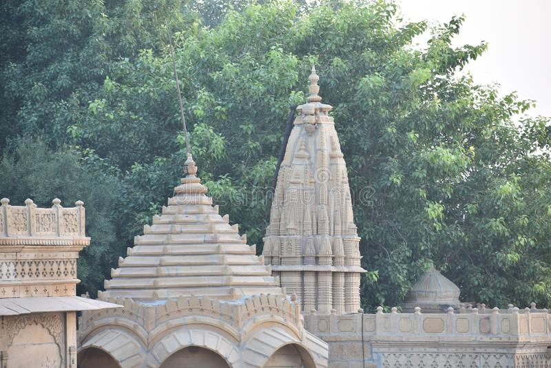 美丽的纪念碑在gadisar湖 免版税库存照片