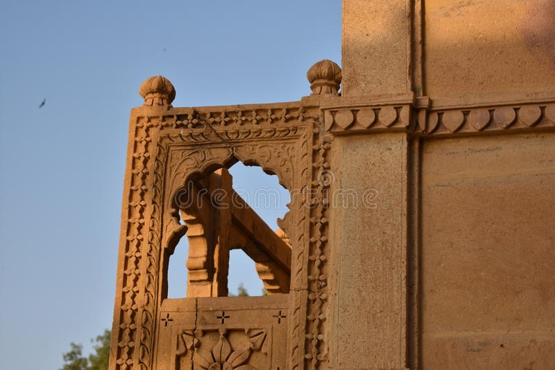 美丽的纪念碑在gadisar湖 免版税库存图片