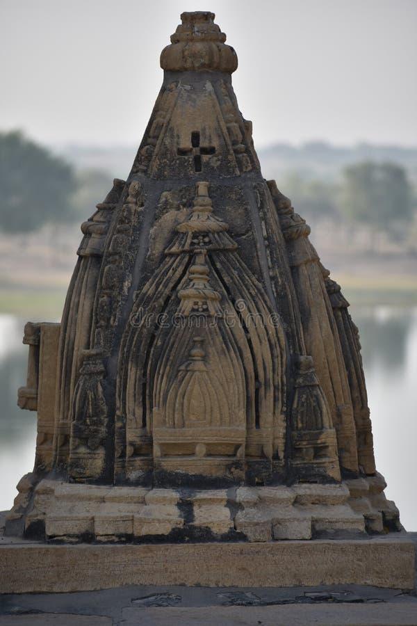 美丽的纪念碑在gadisar湖 图库摄影