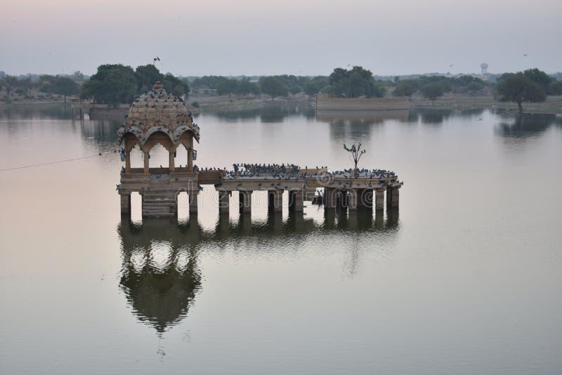 美丽的纪念碑在gadisar湖Jaisalmer 免版税库存图片