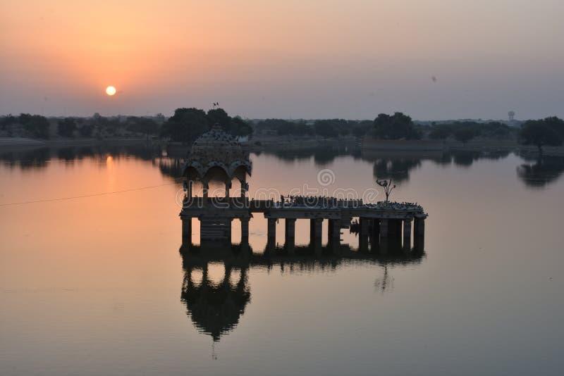 美丽的纪念碑在gadisar湖Jaisalmer 库存照片
