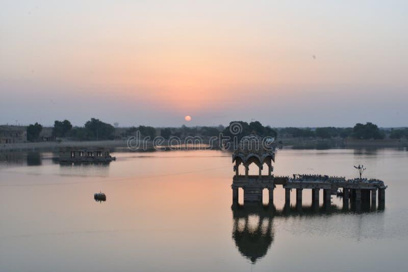 美丽的纪念碑在gadisar湖Jaisalmer 库存图片