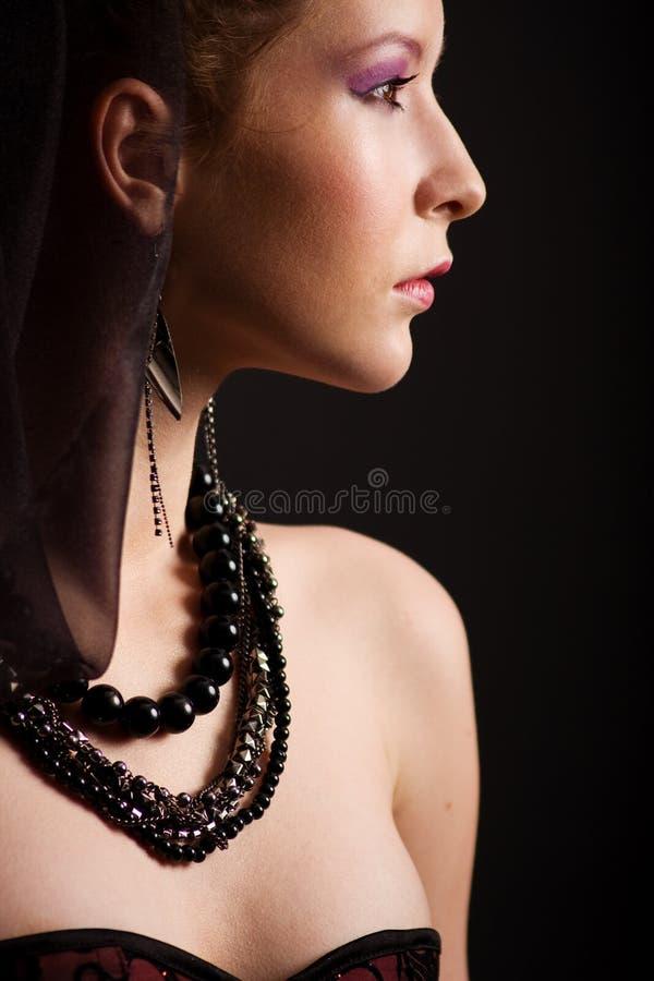 Download 美丽的纵向妇女年轻人 库存图片. 图片 包括有 珠宝, 配置文件, 肩膀, 白种人, beauvoir, brunhilda - 22355333