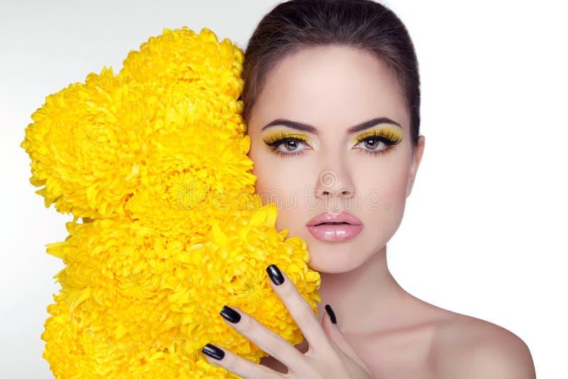 美丽的纵向妇女年轻人 秀丽与花的女孩面孔 M 库存照片