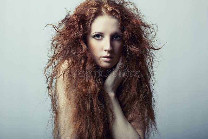 美丽的纵向红发妇女年轻人 免版税图库摄影