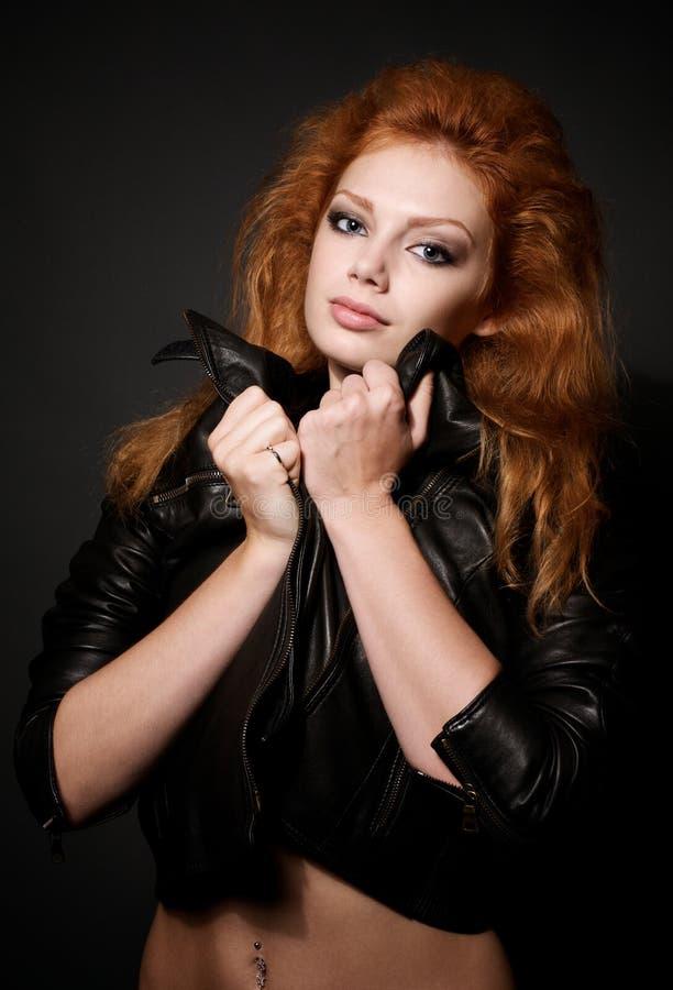 美丽的纵向红头发人妇女年轻人 免版税图库摄影