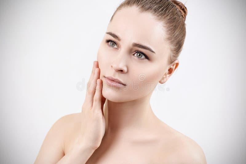 美丽的纵向肉欲的妇女年轻人 Skincare概念 免版税库存照片