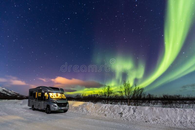 美丽的绿色北极光和露营车有光的 库存图片
