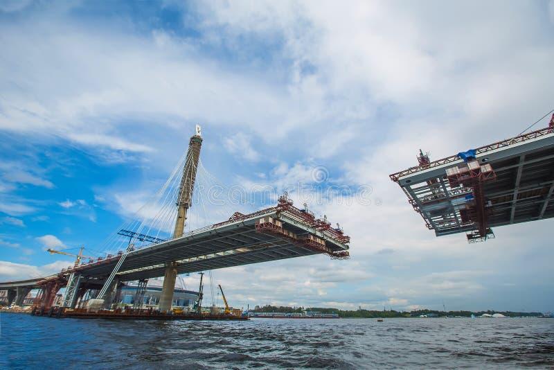 美丽的缆绳被停留的桥梁在建筑过程中 Summe 免版税图库摄影
