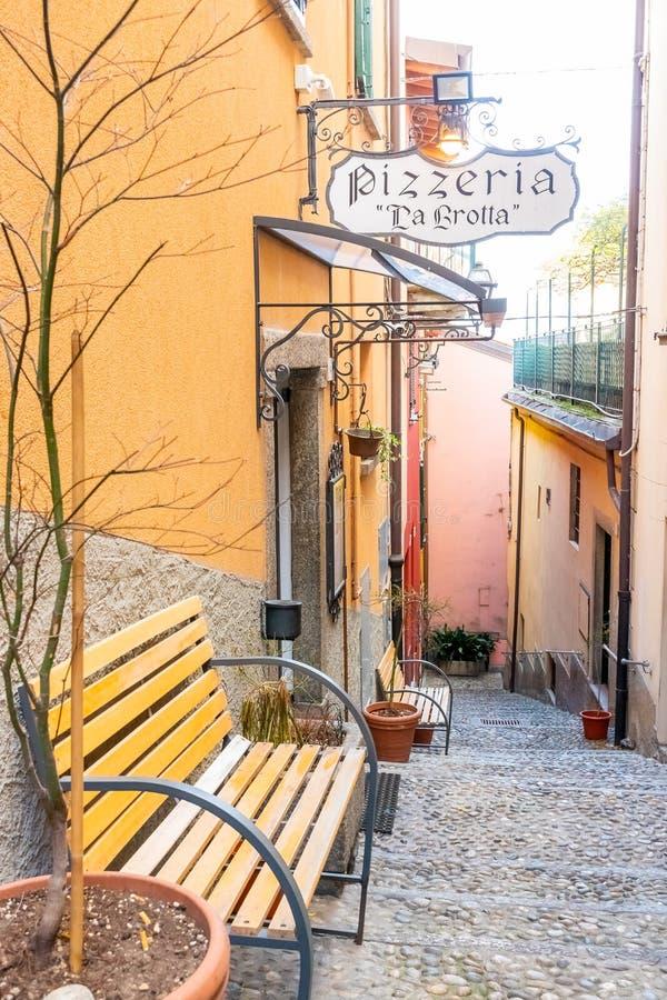 美丽的美丽如画和五颜六色的老镇街道在贝拉焦市,Como湖,意大利 免版税图库摄影