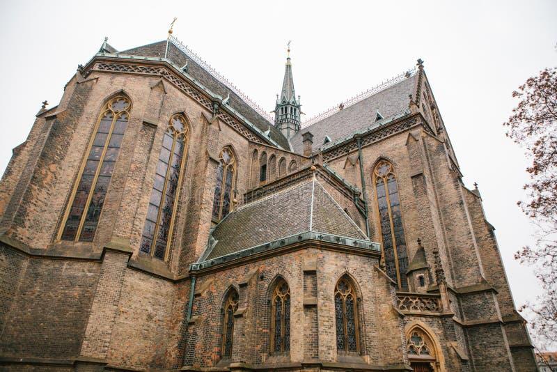 美丽的老哥特式大教堂-观光布拉格 阴暗冬天 库存图片