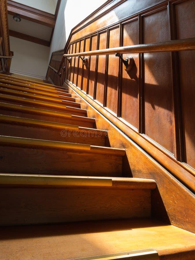 美丽的老木楼梯 免版税库存图片