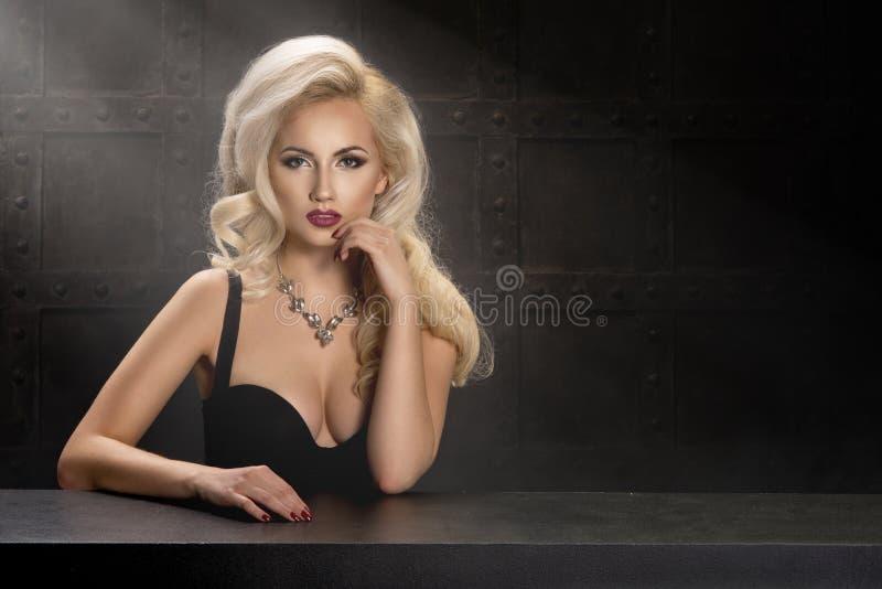 美丽的肉欲的白肤金发的妇女画象  免版税库存图片
