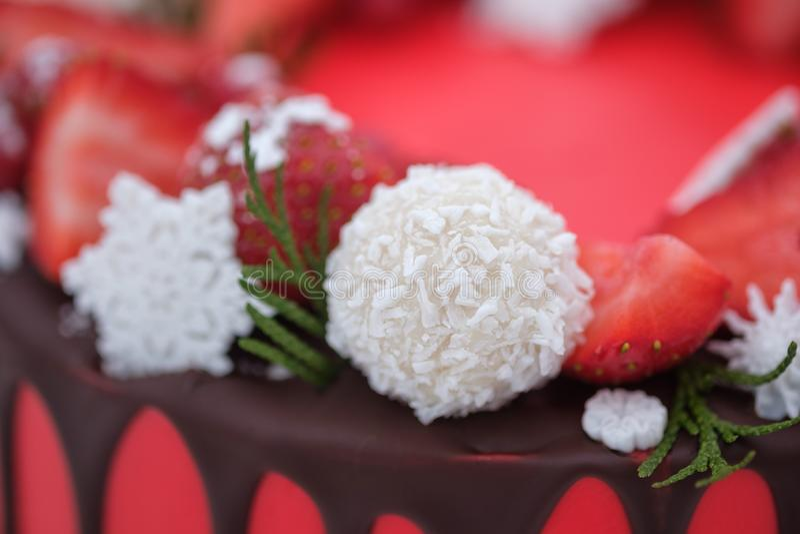 美丽的自创红色蛋糕用在白色背景的新鲜的草莓莓果 免版税库存图片