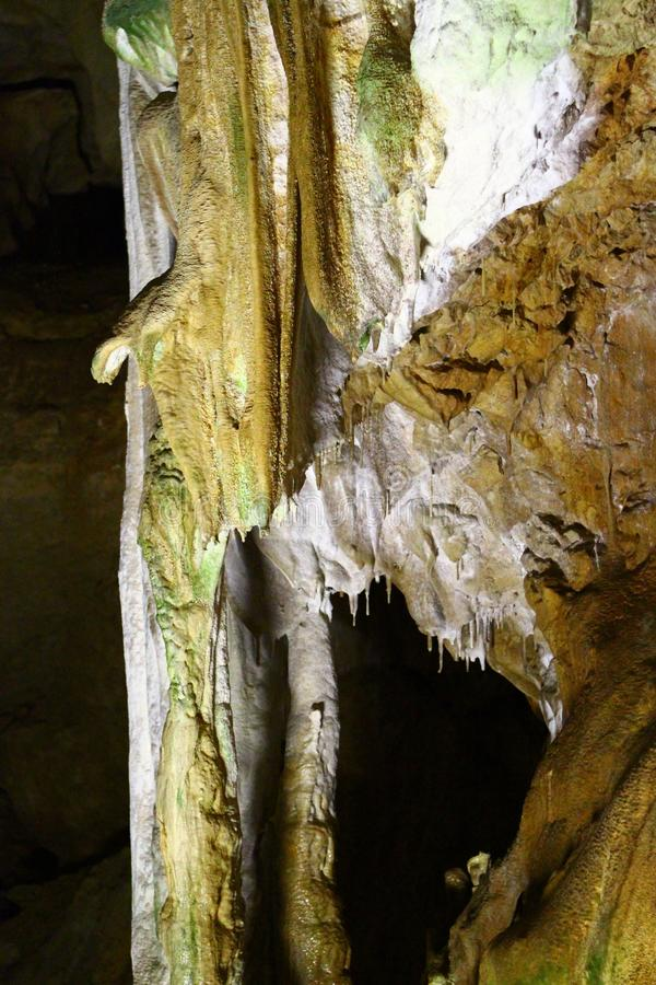 美丽的自然洞的自然纹理到处石笋-大理石洞, C的图象与自然棕色墙壁的和形成 库存照片