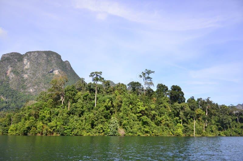 美丽的自然海岛水坝 免版税库存照片