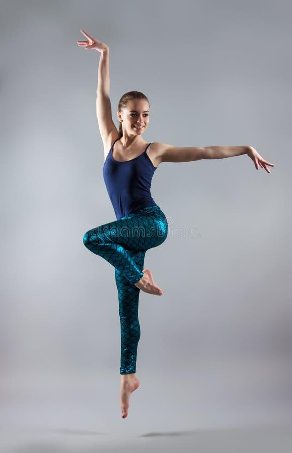 美丽的舞女年轻人 一件蓝色T恤杉和蓝色贴身衬衣的妇女 免版税库存照片