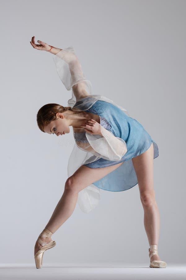 年轻美丽的舞蹈家在演播室摆在 免版税库存图片