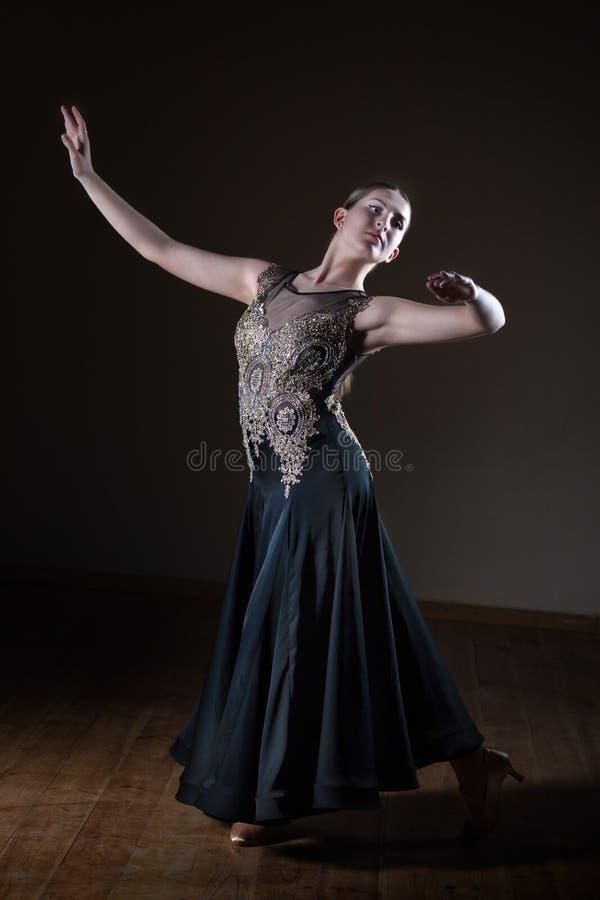 美丽的舞蹈家女孩在黑背景隔绝的舞厅 免版税图库摄影