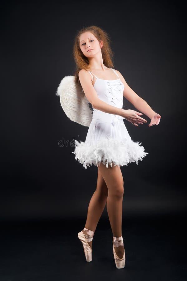 年轻美丽的舞蹈家 免版税库存图片