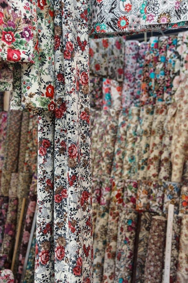 美丽的色的围巾和面纱 免版税库存照片