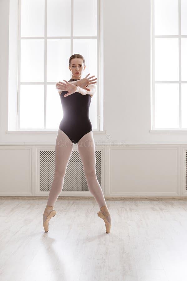 美丽的芭蕾舞女演员在pointe,芭蕾位置站立 免版税图库摄影