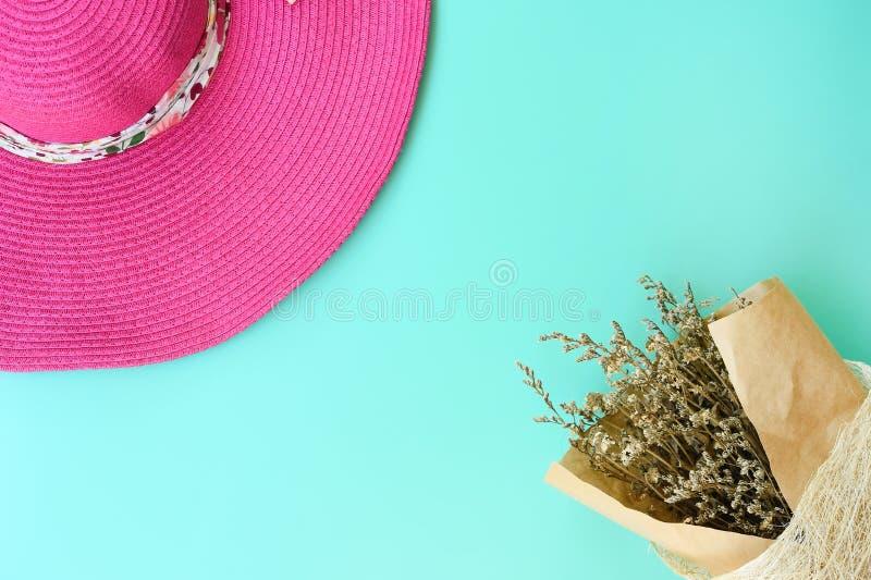 美丽的花和夏天帽子顶视图  免版税库存照片