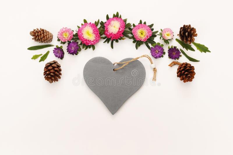 美丽的花和空白的心脏顶视图  库存照片