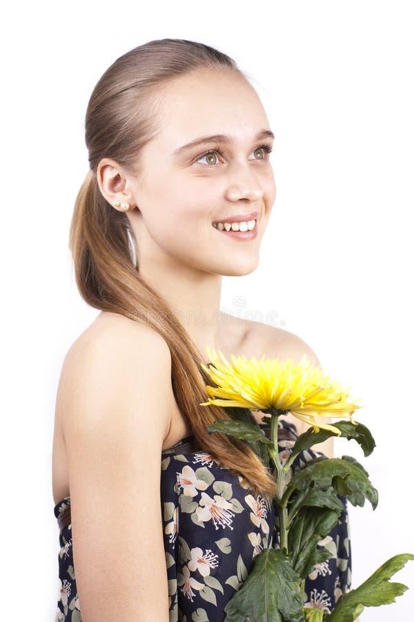 美丽的花愉快的妇女黄色年轻人 免版税库存图片