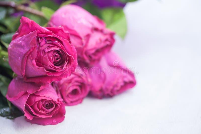 美丽的花束明亮的玫瑰 免版税库存照片