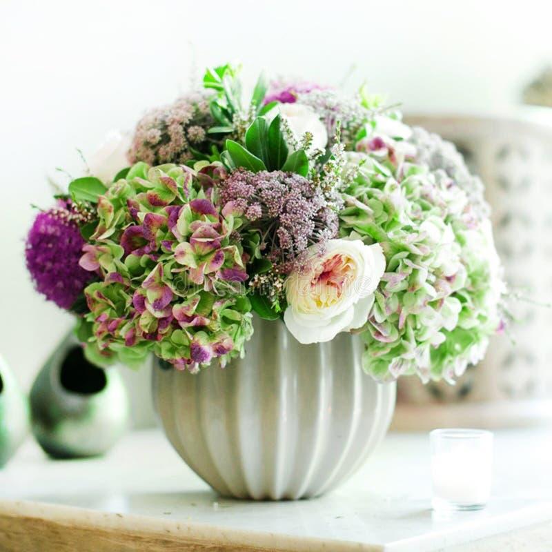 美丽的花白色罐 免版税库存照片