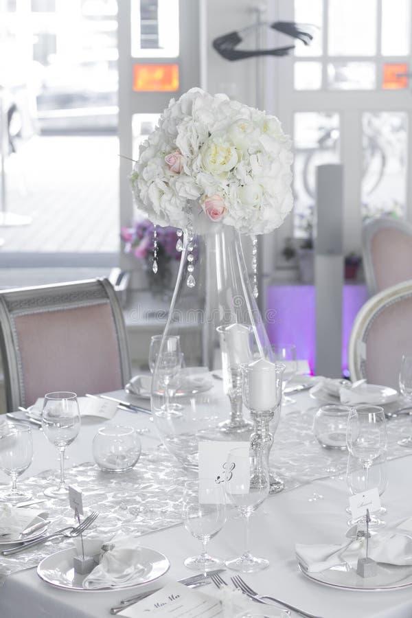 美丽的花的图象在婚礼桌上的 库存图片