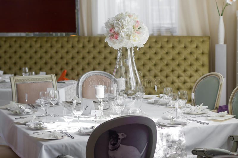 美丽的花的图象在婚礼桌上的 免版税图库摄影