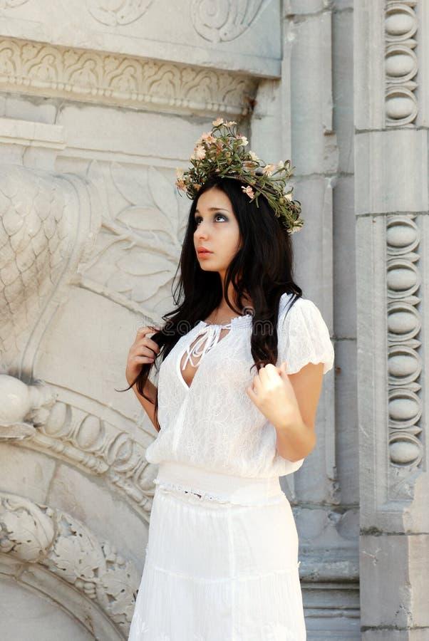 美丽的花西班牙佩带的妇女花圈 免版税库存图片