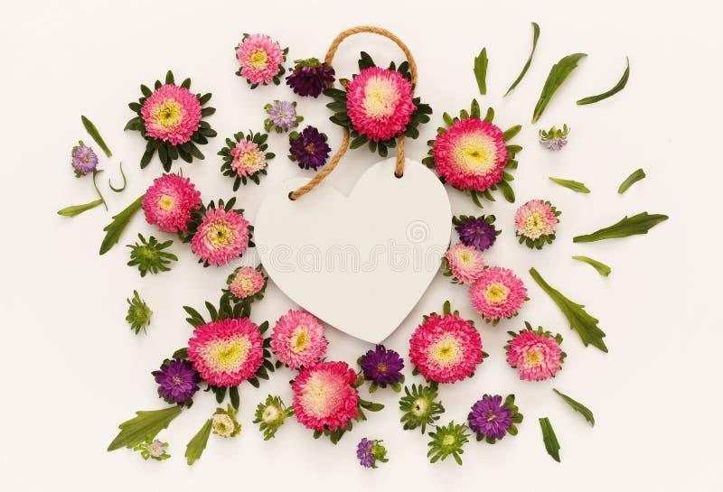 美丽的花顶视图和空白的心脏塑造标志 免版税库存照片