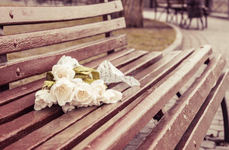 美丽的花 在长凳的白色郁金香花束 图库摄影