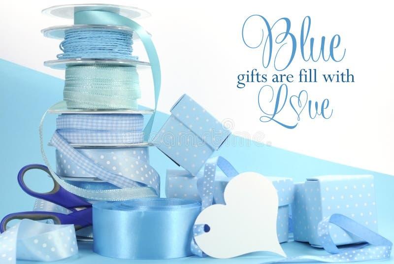 美丽的苍白水色浅蓝色礼品包装材料丝带和礼物盒 免版税库存图片
