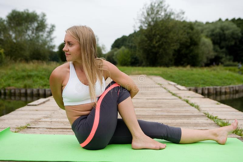 美丽的苗条女孩执行瑜伽姿势 免版税库存照片