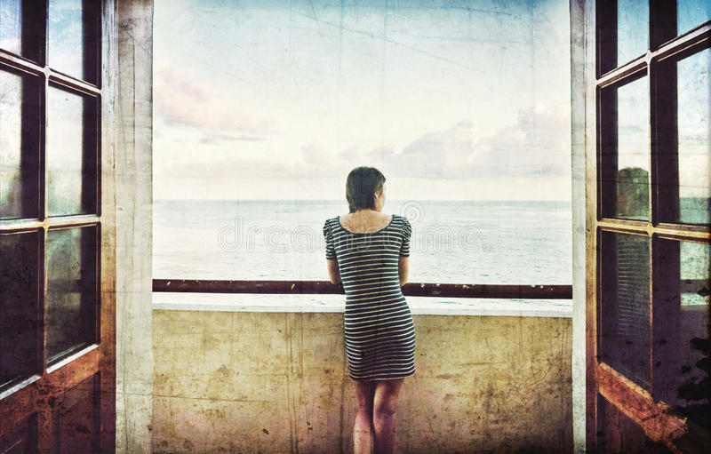 年轻美丽的苗条女孩礼服阳台Malecon堤防El Morro堡垒哈瓦那古巴大西洋 免版税库存图片