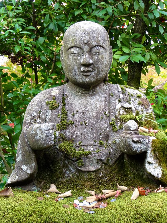 美丽的菩萨雕象的接近的图片在Eikando寺庙的在京都 库存照片