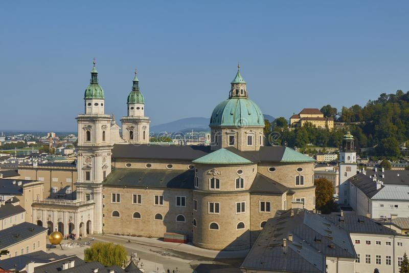 美丽的萨尔茨堡主教座堂鸟瞰图在奥地利有蓝天背景 免版税库存照片