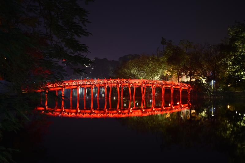 美丽的著名红色Huc桥梁的特写镜头在湖Hoan Kiem的晚上在河内,越南,亚洲 库存照片