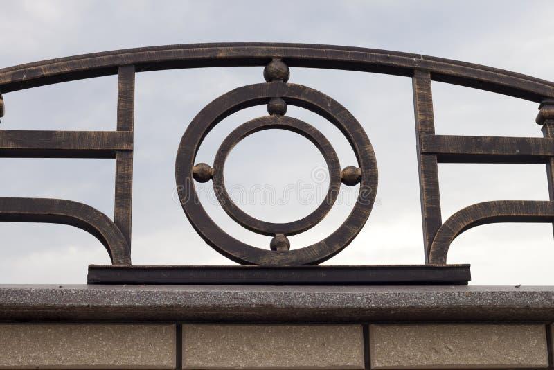 美丽的葡萄酒特写镜头细节伪造了金属大黑暗的抽象装饰在石花岗岩灰色棕色篱芭顶部 b工作  免版税图库摄影