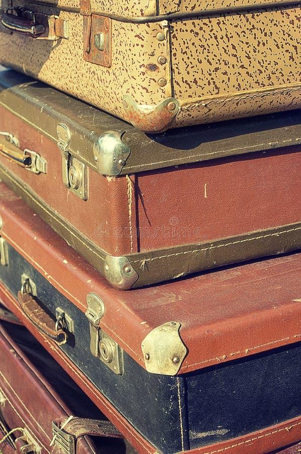 美丽的葡萄酒破旧的古老老手提箱减速火箭的样式设计 概念旅行 被定调子的照片 免版税库存照片