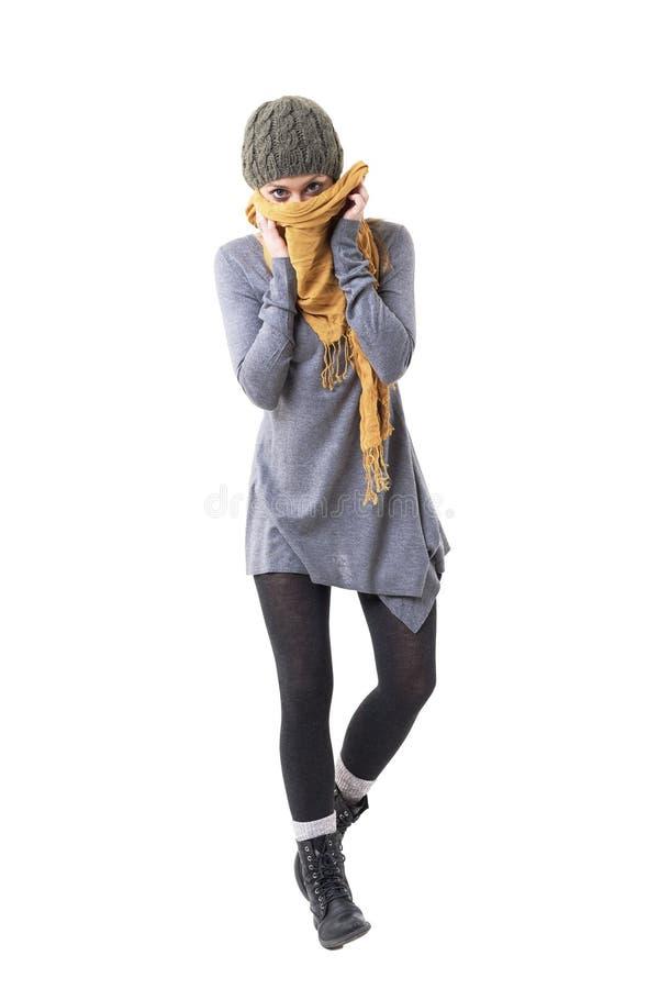 美丽的蓝眼睛的cutie妇女覆盖物嘴以围巾掩藏的身分 免版税库存图片