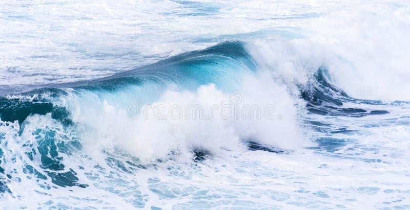 美丽的蓝色上流波浪 免版税库存图片