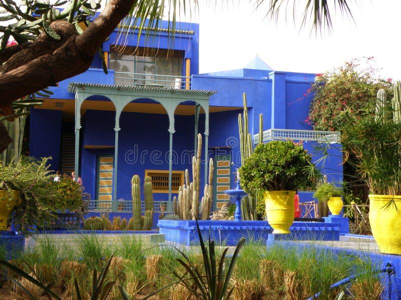 美丽的蓝色别墅在摩洛哥样式庭院里,马拉喀什,摩洛哥 库存图片