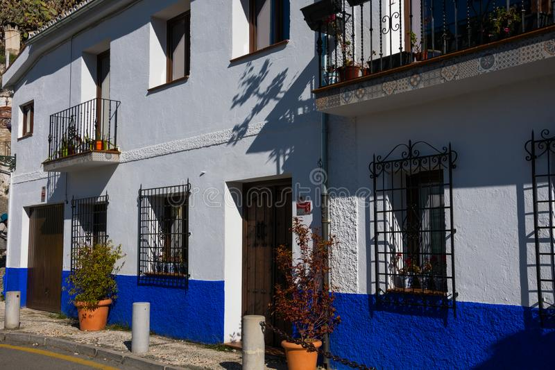 美丽的蓝色和白色房子 Sacromonte路 库存照片