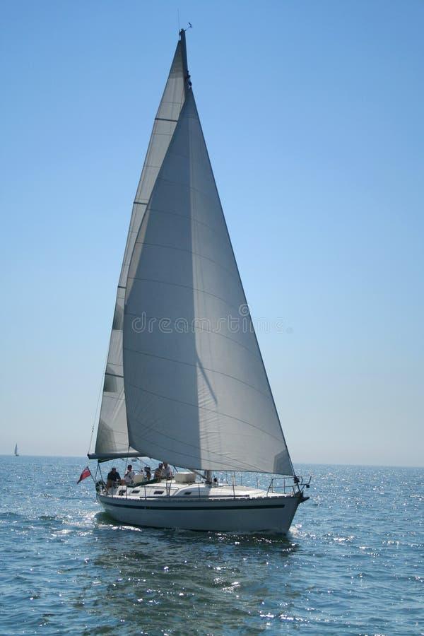 美丽的蓝色大轻的海运游艇 库存图片