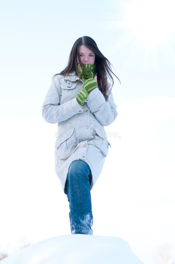 美丽的蓝色女孩在天空星期日冬天 库存照片